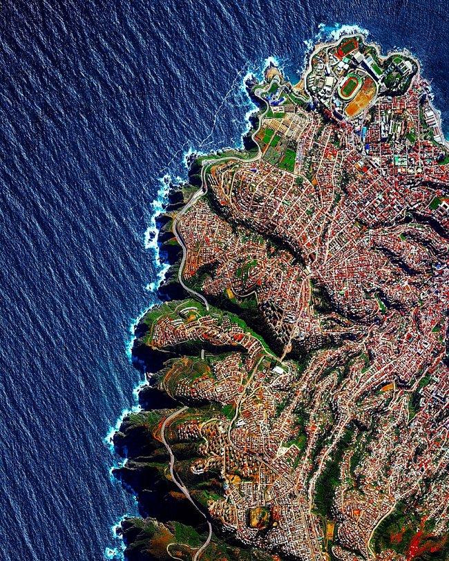 Benjamin Grant přeměňuje satelitní snímky ve fotografie. Doufá, že jiný pohled dovede lidi k zamyšlení, jak Zemi lépe chránit: Valparaíso, Chille – město s přezdívkou Klenot Pacifiku je postaveno na strmých svazích s výhledem na Tichý oceán.