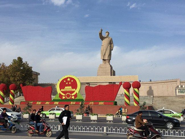 Kvůli rekonstrukci zbyl z původního Kašgaru pouhý stín. Hliněné domy Číňané boří pod záminkou, že by nepřežily zemětřesení, a tím likvidují velkou část ujgurské identity.