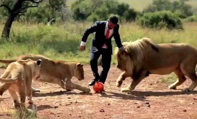 Kevin Richardson hraje kopanou se lvy.
