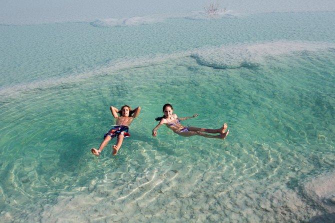 Voda v Mrtvém moři je tak hustá, že i otočení na břicho vás bude stát slušnou dávku úsilí a za žádnou cenu se tady nezvládnete utopit.
