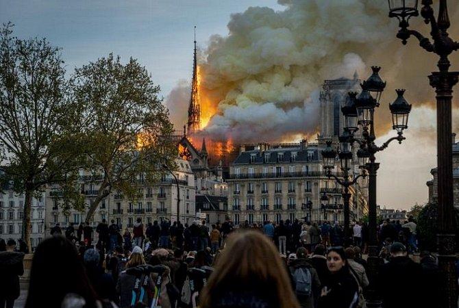 Krátce poté, co poslední turisté opustili Notre Dame, zdevadesátimetrové sanktusové věže začal stoupat kouř. Během požáru se sanktusník a dřevěný interiér zbortily.