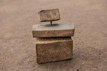 O zábavu se dětem v Bidi Bidi mohou klidně postarat i tyhle dřevěné kostky spojené drátem.