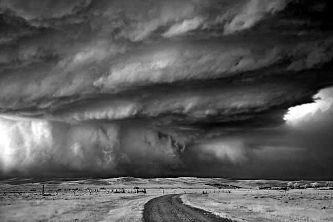 Když suchý vítr ze Skalnatých hor klouže po vlhkém vzduchu z Mexického zálivu, je zaděláno na bouři. Poprask, který z toho vzejde, může přinést déšť a kroupy, hromy a blesky, vítr a tornáda (Moorcroft