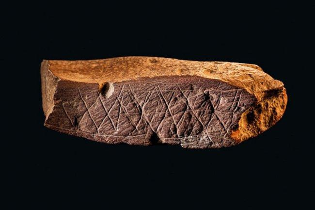Úlomek červeného okru nalezený vjeskyni Blombos vroce 2000 je zdobený šikmým šrafováním a rovnoběžnými vrypy, které do něj vyryli lidé asi před 75000 lety.