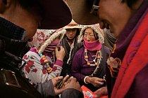 """Tibetští prodejci smlouvají s městskými kupujícími, jako je muž vlevo v Šeršülu, podle předvídatelného rituálu: kupující zpochybňují kvalitu """"červů"""". Než se uzavře obchod, prodávající předvedou své zb"""