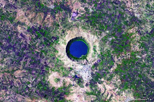 Písmeno Q – Kráter Lonar v Indii s blankytně modrým jezerem