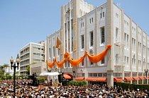 Tisíce scientologů slaví otevření nového kostela v Orange County v USA (2. červen 2012)