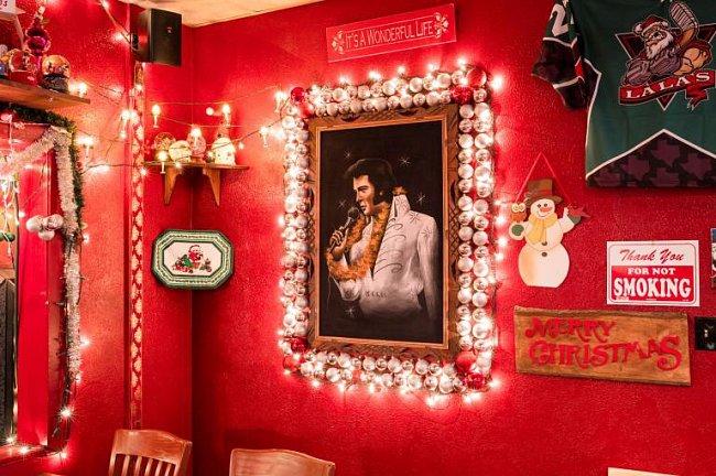 La La's Little Nugget Bar v texaském Austinu je vyhlášený celoroční bohatou vánoční výzdobou.