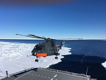 Na výzkumné lokality jsou dopravovány vrtulníky.