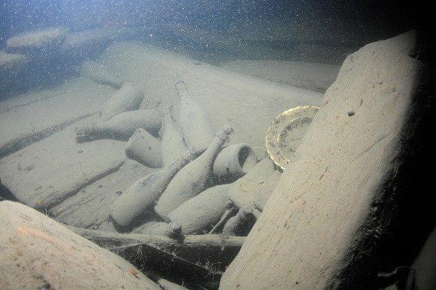 Lahve se šumivým mokem na dně moře.
