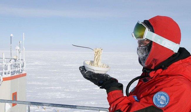 Teploty se na polární stanici jen těžko vyšplhají přes -25 °C.