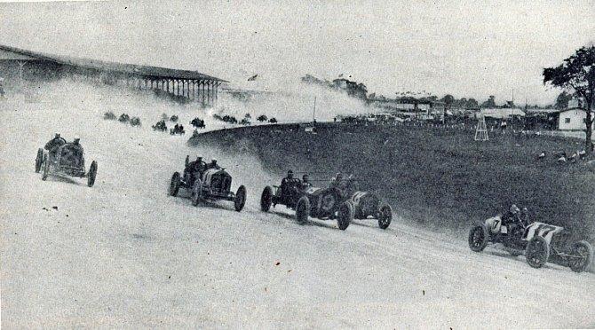 1. automobilový závod vamerickém Indianapolisu