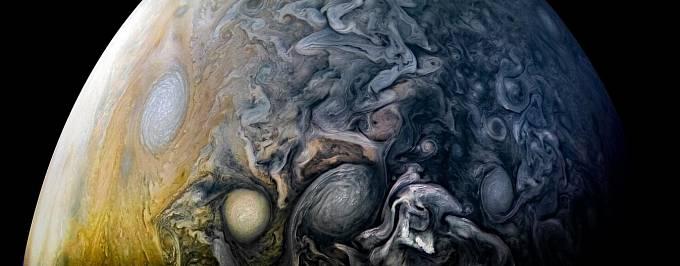 Na snímku z kosmické sondy NASA nazývané Juno víří mraky na Jupiterově severní polokouli ve spletitých vzorech. Při zpracování vědec Kevin Gill pečlivě zarovnal surové snímky, které sonda Juno pořizuje, zatímco se otáčí dvakrát za minutu.
