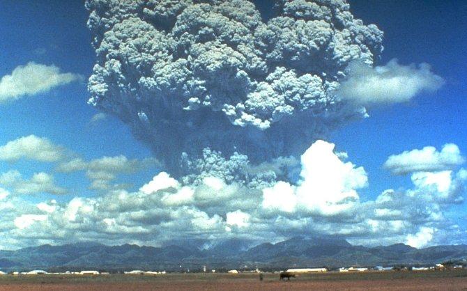 Sloup kouře a popela dosahoval sedmi kilometrů.
