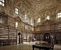 Biblioteca Girolamini, Neapol, Itálie: Knihovnu ze 16. století patrně nejvíce proslavilo, že v roce 2012 ji metodicky plenil zločinecký gang. Přibližně 80 procent uloupených knih bylo od té doby získáno zpět díky pomoci antikvářů a sběratelů.