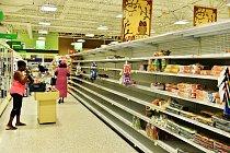 Obyvatelé Floridy se rozhodli udělat si po zkušenostech s hurikánem Katrina v roce 2005 zásoby.