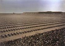 """Sedmnáct tisíc sokolů vyjadřuje """"radost z pohybu"""". Ačkoli sokolské hnutí vzniklo roku 1862, hlavní myšlenku, na níž stojí, vyslovil Komenský již v 17. století: Neboť vše je dáno a udržováno pohybem, j"""