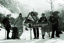 Společná fotka po výstupu na Trollryggen, 1976 Zleva: Arne Randers Heen, Josef Rakoncaj, Mirek Šmíd, Václav Širl a Jiří Janiš