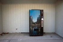 Osamělý automat na výdej nealkoholických nápojů na čerpací stanici ve vesnici Baker v Nevadě, poblíž hranice s Utahem.