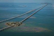 Sedmimílový most, Florida, USA: Spojuje ostrovy Knight's Key a Little Duck Key a měří téměř 11 km. Uprostřed se most zvedá do oblouku o výšce 20 metrů, aby pod ním mohly proplouvat lodě.