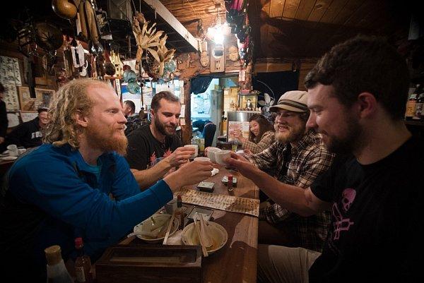 Vjaponštině Sake znamená doslova 'akoholický nápoj', takže Japonci kolikrát mluví iovíně a pivu jako osake. Ale to pravé Sake, tolik typické pro Japonsko, se vyrábí zrýže několikanásobným kvašením.