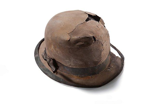 Plstěný klobouk z králičí srsti pravděpodobně patřil obchodníkovi. V době, kdy šaty dělaly člověka, byla buřinka symbolem dobře placených odborníků, podnikatelů a obchodníků.