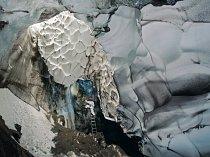 Kombinace lan a žebříků usnadňuje přístup do Warrenovy jeskyně, labyrintu chodeb, kde led roztál působením sopečného žáru. Vroubkování kolem vstupu do jeskyně pravděpodobně způsobují malé vzdušné prou