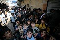 Lidé z Aleppa čekají v dlouhých frontách hodiny před místní pekárnou. Ty se také často stanou cílem bombardování. Oficiální pomoc se na sever země téměř vůbec nedostává. Člověk v tísni je schopný lide