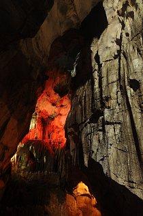 Část labyrintu zpřístupněných jeskyní u města Lang Son je nasvětlena a chodníky částečně zpevněné betonem. Málokoho napadne, že místa sloužila za vietnamské války jako nemocnice nebo sklady zbraní. Sn