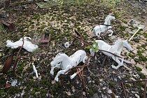Dětské hračky na mechem porostlém školním dvoře vypadají, jako by zamrzly v čase.