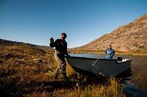 Inuité na lovu sobů nás zdravili už z dálky. Navíc nás převezli přes řeku Itinneq, jejímuž brodění bychom se jinak zcela jistě nevyhnuli. Inuité už dávno upustili od užívání tradičních materiálů a jso