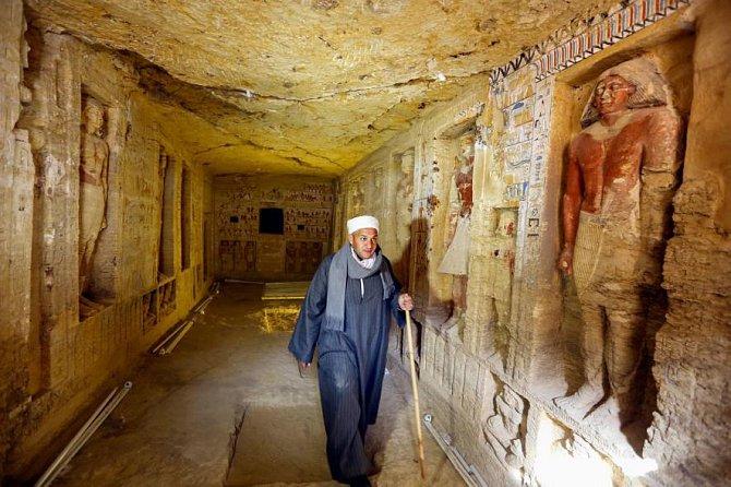 Egyptský tým s předákem Mustafou Abdo objevil tuto krásně vyzdobenou hrobku kněze.