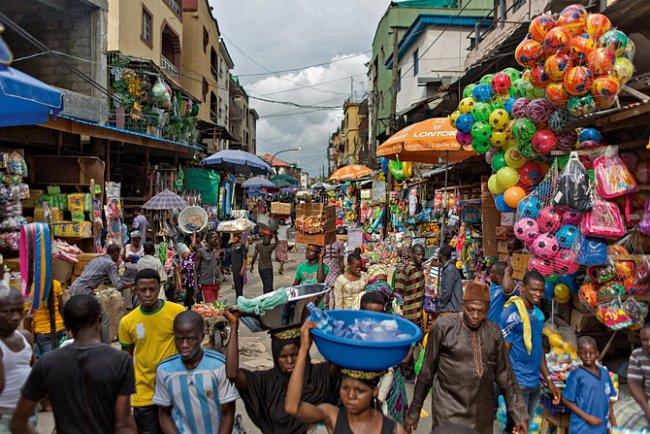 Pouliční prodavači nabízejí zboží najednom zmnoha tržišť naostrově Lagos adávají přitom najevo horlivou podnikavost, díky níž je nigerijská ekonomika nejvitálnější vAfrice.
