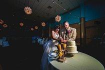 Svatba proběhla, jak měla. Světlo zajistil starý generátor. Sehnal se i dostatek jídla a pití na oslavu.