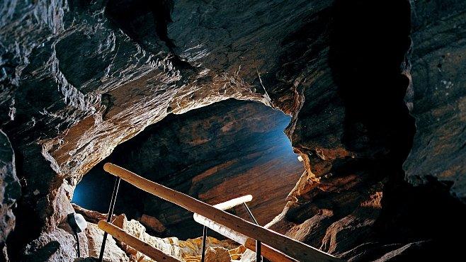 NEJ jeskyní v Česku: Víte, kde najdete největší krápník a kde 5 200 let starou jeskynní kresbu?