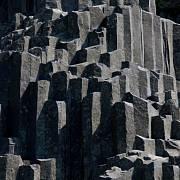 Národní přírodní památka Panská skála, na které se nacházejí kamenné varhany vzniklé sloupcovitou odlučností čediče při tuhnutí magmatu.