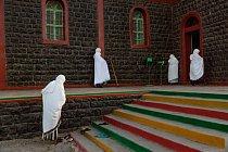 Ženy zahalené dobílých rouch symbolizujících čistotu jdou namodlitbu dokostela Etiopské ortodoxní církve vAsaitě. Pracovat namístních plantážích přichází stále více křesťanů zetiopské vrchoviny.