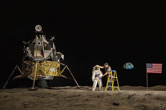 Dělník upravuje exponát v Kennedyho vesmírném centru NASA na Floridě. Skepticismus vůči etablované vědě není nic nového, ale internet je pro okrajové názory požehnáním. Myslíte si, že přistání na Měsíci bylo zfalšované?