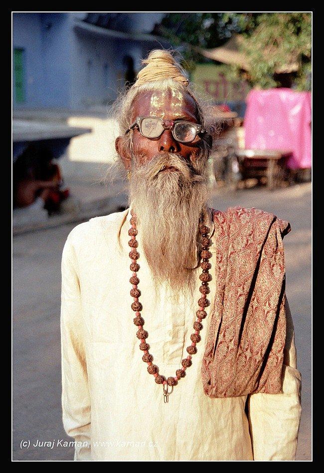 Někteří volí tvrdou cestu askeze a sebetrýznění, jiní upřednostňují bizarní cvičení, praktikování jógy, meditace a mystických postupů. Jsou i tací, kteří se pokoušejí komunikovat s bohy prostřednictví