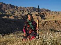 Masoumeh Ahmadiová (14) v íránské provincii Chúzistán drží vzduchovku své matky. Jakmile se žena vdá, dostane střelnou zbraň – se souhlasem manžela a svého otce. Mnohé ženy dostanou zbraň od svých mužů za porod prvorozeného syna.