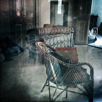 Okny začíná proudit světlo a já už rozeznávám co je uvnitř. Jednoduše zařízená místnost s několika křesílky a stolkem, obložená dřevěnými palubkami. Pohodlně se posadím do křesla, napiji se osvěžující