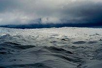 Grónský ledovec pokrývá 1 710 000 kilometrů čtverečních, což představuje zhruba 80% povrchu Grónska. Často je širší i více než dva kilometry. Celková masa ledovce tvoří 2,850,000 km3. To z něj dělá je