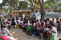 Školy jsou přeplněné. Vtéto připadá 62 učitelů na více než 3000 dětí. Někteří žáci se učí ráno, jiní odpoledne, jinak by se sem nevešli. Výuka se někdy odehrává pod širým nebem, takže vobdobí dešťů vyučování odpadá.