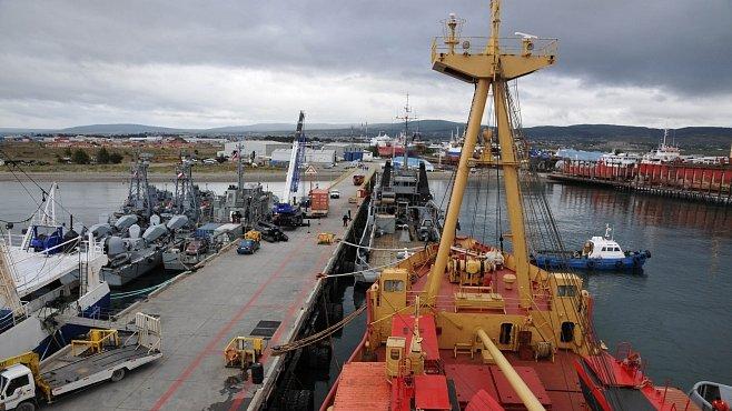 Česká expedice na Antarktidě: Zazimování stanice a odvoz tunového nákladu s pomocí chilské armády