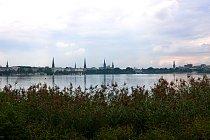 Voda, zeleň, architektura - typické panoráma Hamburku.