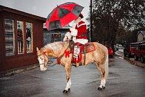 Kovboj Kringle pózuje v roce 2016 v historickém Gruene v Texasu, než se vydá na slavnostní jízdu městem, aby rozsvěcel vánoční osvětlení, mával místním dětem a rozdával jim cukroví.