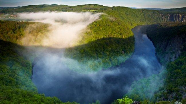 Když místo Vltavy teče korytem hustá mlha