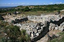 Na ploše Mangup-Kale probíhají vykopávky i v současnosti.