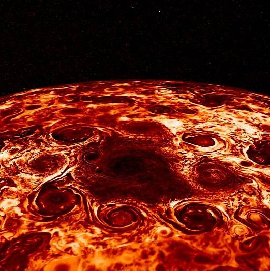 Na fotografii z kosmické sondy NASA Juno je cyklona na Jupiterově severním pólu lemovaná osmi menšími víry. Barvy připomínající lávu ve skutečnosti reprezentují nízké teploty. Žluté mraky mají pouhých −13 °C, a tmavě červené mraky dokonce −118 °C.
