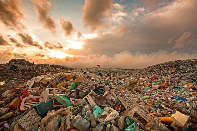 Jen v Evropské unii se každý rok vyrobí 25,8 milionů tun plastů, z nichž 70 % jde na skládky nebo do spaloven.